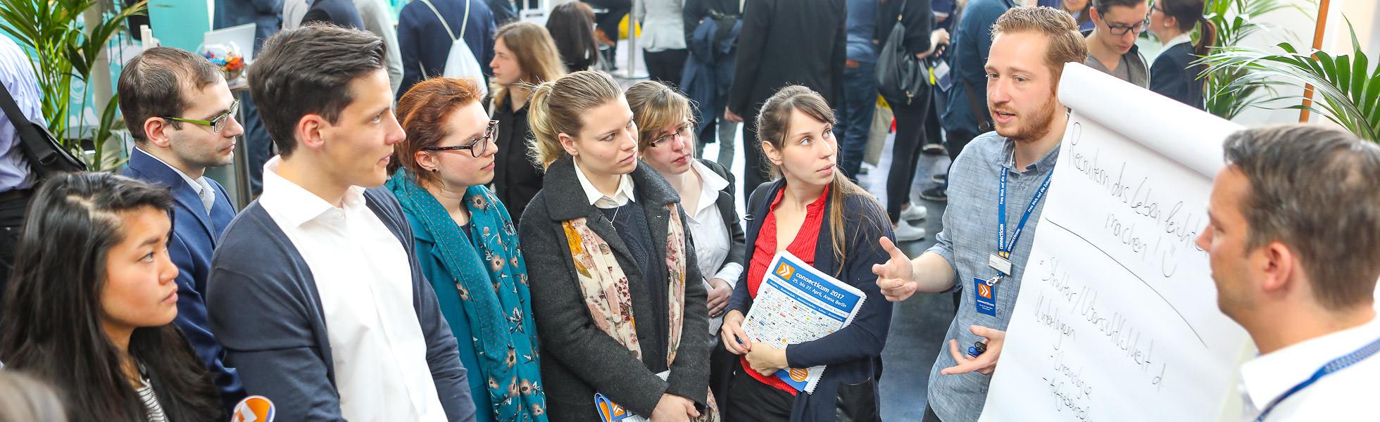 Foto eines Dialogevents am Messestand eines Unternehmens auf der Connecticum