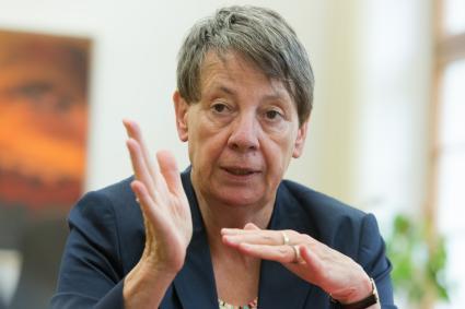 Bundesministerin-Dr-Barbara-Hendricks-im-Interview-mit-BG-BAU-aktuell-Arbeits-und-Umweltschutz-in-der-Bauwirtschaft-spielen-eine-grosse-Rolle
