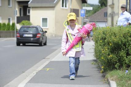 Tipps-fuer-den-Alltag-Damit-der-Weg-in-die-Schule-nicht-ins-Krankenhaus-fuehrt-Haftungsprivileg-fuer-Kinder-Autofahrer-muessen-aufpassen-Fuss-vom-Gas
