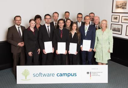 IT-Gipfel-2014-Bundesbildungsministerin-Prof-Dr-Johanna-Wanka-verabschiedet-erste-Absolventen-des-Software-Campus