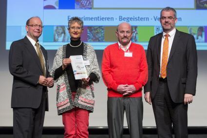 Lehrerkongress-der-chemischen-Industrie-Zwei-herausragende-Persoenlichkeiten-ausgezeichnet-Tausenden-Schuelern-den-Spass-an-Naturwissenschaften-vermittelt