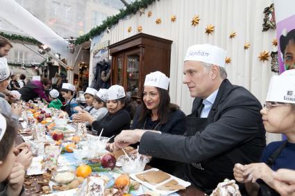 Die-kleinen-Haeuslebauer-vom-Gendarmenmarkt-Schulpate-bringt-gemeinsam-mit-Senatorin-Kolat-Grundschulkinder-in-Weihnachtsstimmung
