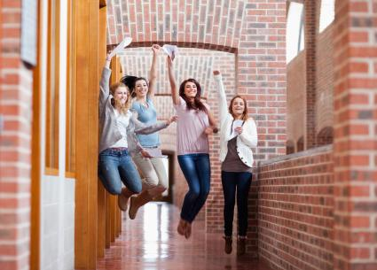 Nach-dem-Schulabschluss-durchstarten-Versicherungs-und-Geldtipps-fuer-Azubis-und-Studenten