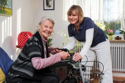 Pflege-auf-Polnisch-So-beschaeftigen-Familien-legal-eine-auslaendische-Pflegekraft
