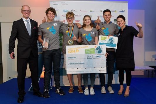 Schule-aus-Brandenburg-gewinnt-bundesweiten-Energiesparmeister-Wettbewerb-Auszeichnung-von-Bundesumweltministerin-Hendricks-Schulen-aus-allen-Bundeslaendern-auf-Jugendmesse-YOU-in-Berlin-praemiert