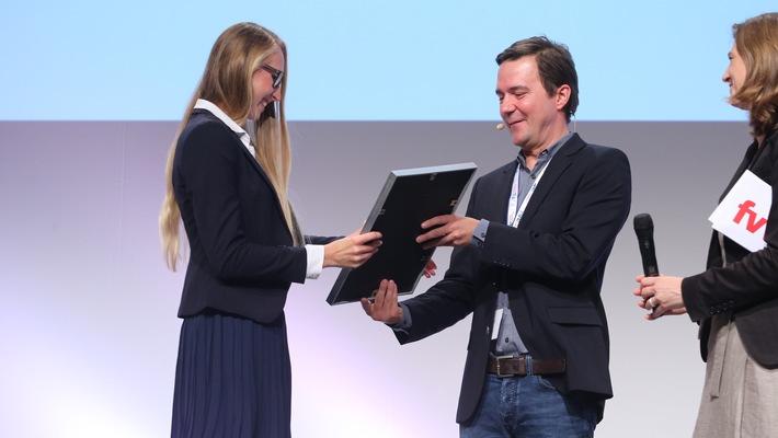 Tourismus-Nachwuchstalent-Absolventin-der-Hochschule-Fresenius-mit-dem-Top-unter-30-Award-ausgezeichnet