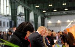 Personal mit digitalen Medien und Ständen auf Karriere-Events suchen