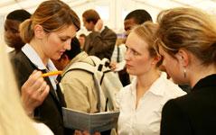 Unternehmen informieren über Jobchancen und Berufseinstieg
